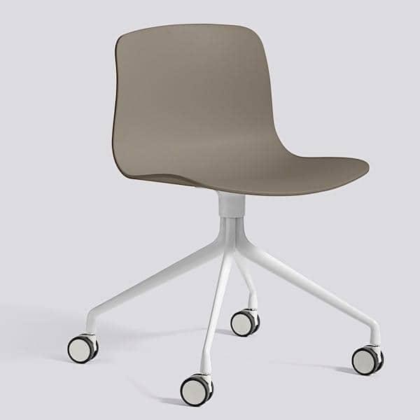 La chaise à roulettes About a Chair par HAY réf. AAC14 et AAC 14 DUO assise en polypropylène, piétement en aluminium, muni de roulettes l'art du