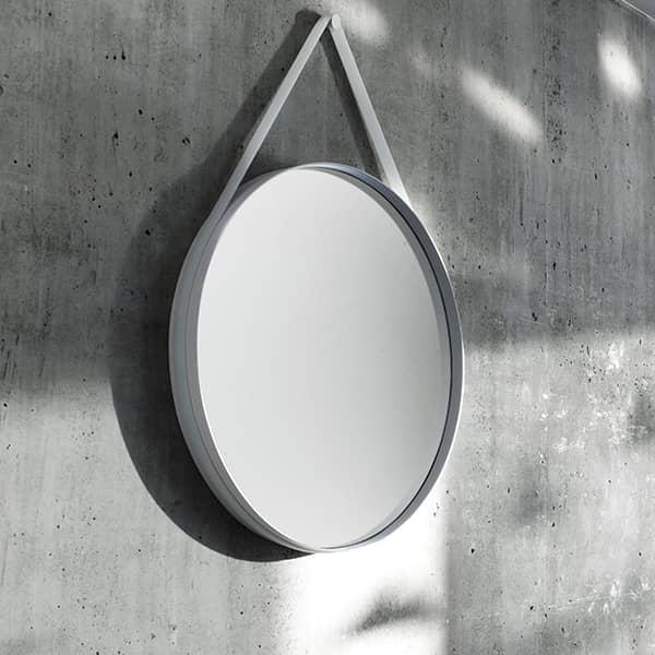 STRAP : en dejlig rund spejl, i pulverlakeret stål, med sin silikone strap, HAY. Deco og design.