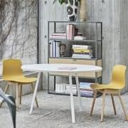 La chaise About a Chair par HAY - réf. AAC12 et AAC12 DUO - assise en polypropylène, piétement en bois, chêne ou frêne - l'art du design nordique
