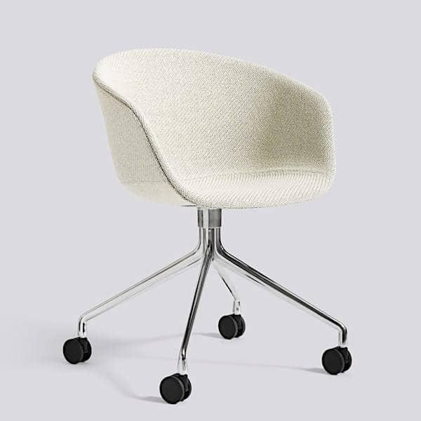 Le fauteuil à roulettes About a Chair par HAY AAC25 Structure en polypropylène, assise intégrale en tissu, montée sur mousse Oeko Tex, piétement