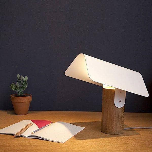 CARBET, Tischleuchte, aus massiver Buche und lackiertem Stahl, die umweltgerechte Gestaltung