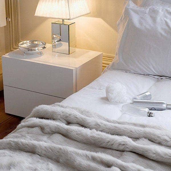 AURORA 、ナイトテーブル2引き出し、寛大なデザイン、異なる仕上げで利用可能