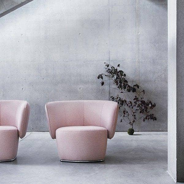 VENICE armchair, enveloping and captivating. A very wide range of fabrics and colors. By Softline.