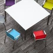 PUROダイニングテーブルやコーヒーテーブル、 HPLバージョンによってTODUS 、寸法、堅牢、きれいなラインのかなりの選択:テラスやあなたのリビングルームでの使用に最適