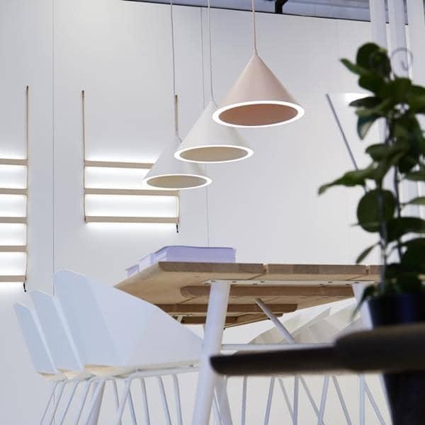 ANNULAR مصباح قلادة: دائرة الكمال الضوء مسجل في محيط مخروطي الشكل، ومصابيح الإضاءة التي صممها MSDS الاستوديو WOUD