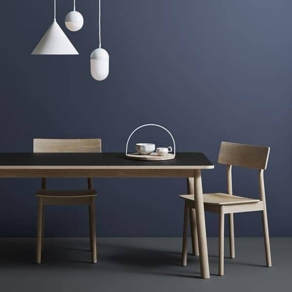 在PAUSE椅子,建于实木,由芬兰设计师卡斯帕·尼曼。 WOUD
