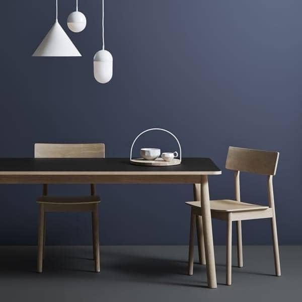 Il PAUSE sedia, costruita in legno massello, dal designer finlandese Kasper Nyman. WOUD