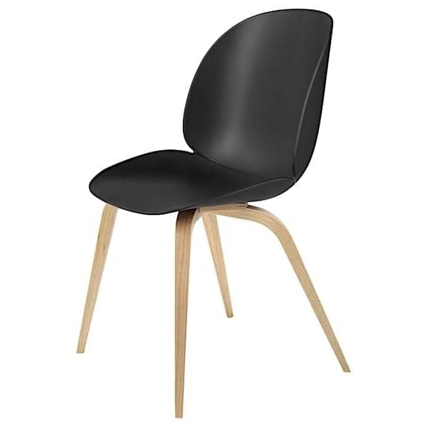 BEETLE stol, polypropylen skall og trebunn. GUBI Røkt Oak