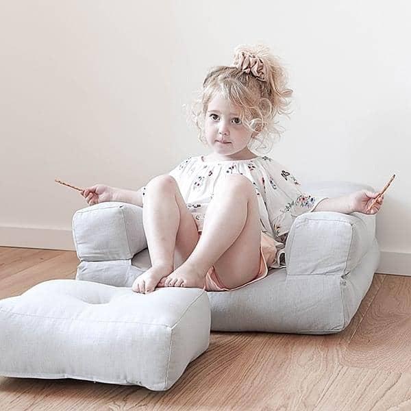 LITTLE CUBIC, en futon lenestol konvertible til en puff eller komfortabel og koselig seng, for barn