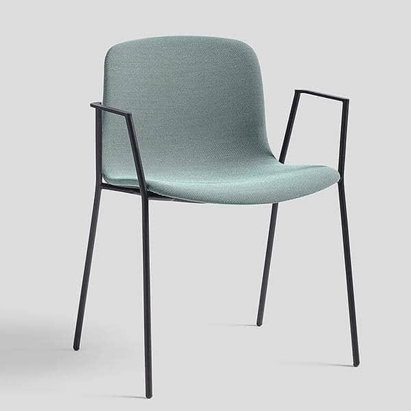 chair ABOUT A CHAIR av HAY - AAC 19 - polstret sete, stabelbare, bøyede armlener og ben i buet stål.