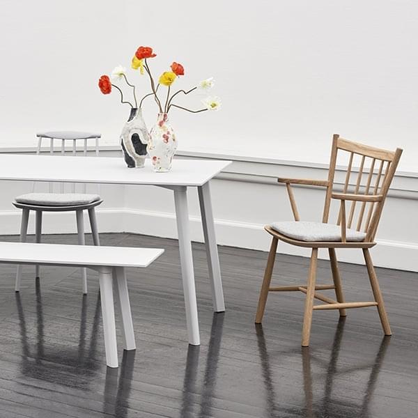 Minimalistisk og tidløs tre stol J42, ved HAY