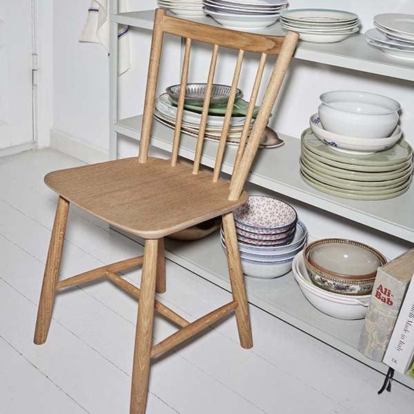 Minimalistisk og tidløs tre stol J41 uten armlener, ved HAY