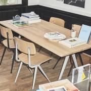A cadeira RESULT da HAY - assento em tecido ou couro em opção - aço cortado e assento e encosto de madeira compensada moldada