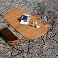 BEAM ovalt sammenleggbart bord, i bambus og pulverlakkert stål, utendørs av HOUE