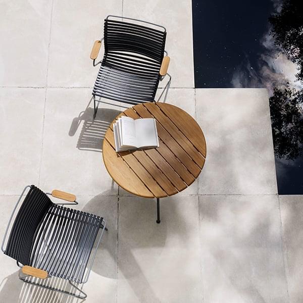 CIRCUM kafébord, i bambus og pulverlakkert stål. HOUE