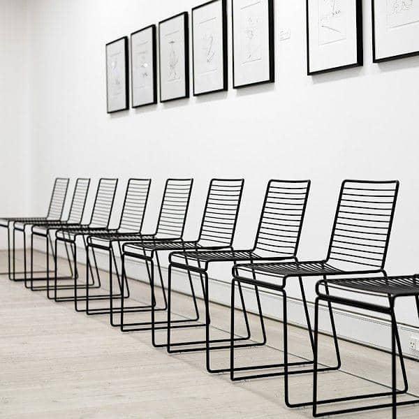 HEE Chair af HAY er let, stabelbar og modstandsdygtig - et smukt udvalg af farver