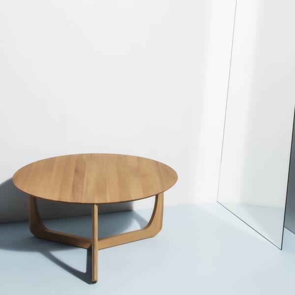 طاولة LILI Lounge هي تذكير زنبق الماء ، Møbel