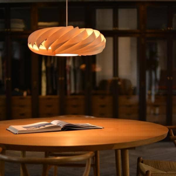 TOM ROSSAU - TR 5 Pendant Lys eller væglampe: træ eller aluminium lameller og design i deres bedste mix
