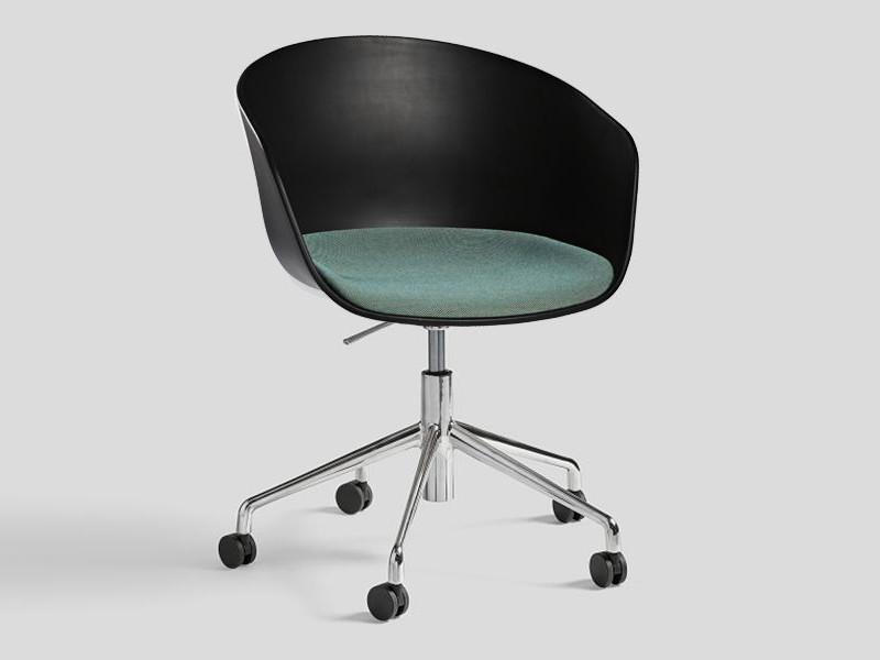 Le fauteuil roulettes about a chair par hee welling my for Bureau skate shop